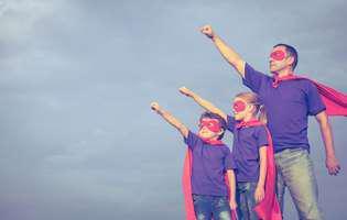 Rolul tatălui în educația copiilor. Tată și doi copii se joacă de-a super eroii