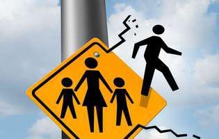 Semn de circulație care arată o familie, iar tatăl iese din imagine. Soțul nu se preocupă deloc de copil. Cum îl faci să se implice