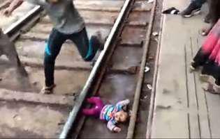 o fetita de un an a scapat nevatamata dupa ce a trecut trenul peste ea