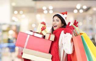 Cum să alegi cadoul potrivit pentru femeiele din viața ta. Femeie în mall care face cumpărături de Crăciun