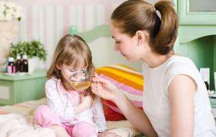 Cum tratezi febra la copii prin remedii naturale: Dă-i să bea cât mai multe lichide