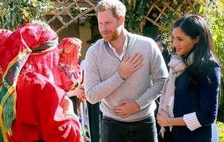 """Prințul Harry s-a răzbunat pe soția lui cu o glumă nesărată, făcută în public: """"Este copilul meu?!"""". Cum a reacționat Meghan Markle"""