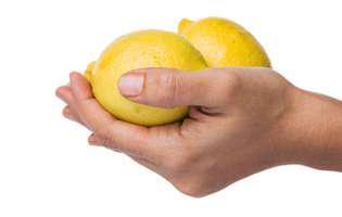 5 soluții rapide să elimini mirosurile neplăcute de pe mâini după ce gătești