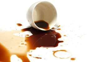 Soluții inedite să cureți petele de cafea de pe hainele albe