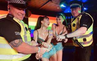 Româncele de la Cheeky Girls s-au trezit cu poliția pe scenă la un spectacol în Scoția