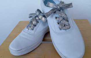 Vara asta se poartă șireturile colorate și cele argintii!