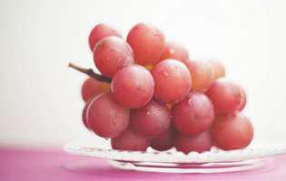 """Ciorchinele cu """"rubine"""" de 11.000 de dolari! Cel mai scump fruct din lume"""
