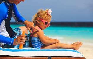 Alege cu atenție crema de protecție solară pentru copii