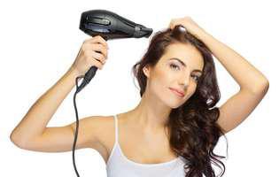 Ce greșeli poți să faci și tu când folosești uscătorul de păr