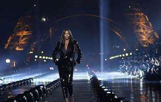 designerii ii cereau lui Naomi Campbell sa cada pe scena