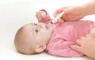 Ce faci când copilul refuză medicamentele.Medicamentele foarte amare pot fi administrate folosind seringi (fără ac) pentru a ajunge în gură cât mai repede și a nu putea fi scuipate
