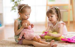 Cum îți determini copilul să accepte tratamentul: Lasă-l să se joace de-a doctorul