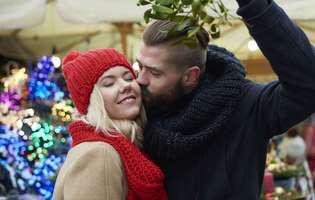 De ce ne poartă noroc în Noul An sărutul sub crenguța de vâsc