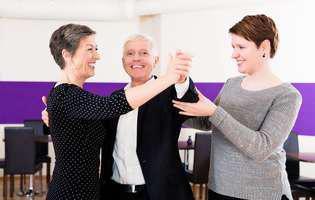 Beneficiile și avantajele terapiei prin dans: Cum ne ajută dansul să ne păstrăm tinerețea