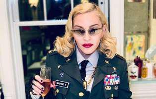 Madonna merge cu ajutorul bastonului