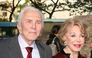 Povestea de dragoste dintre Kirk Douglas și soția lui. Și-a părăsit iubita la altar pentru ea și au fost fericiți împreună 65 de ani