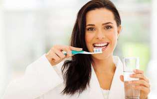 Greșeli în timpul periajului dentar: Clătesc gura cu apă imediat după spălarea dinților