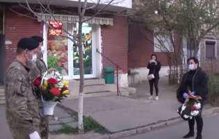 militarii i-au daruit flori asistentei de la Galati careia vecinii i-au dat cu clor pe usa