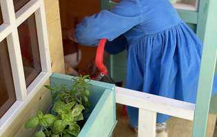 La nici 2 ani, fetița Laurei Cosoi are deja casa ei! E în curtea bunicilor