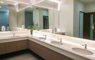 Încearcă să nu atingi suprafețele atunci când folosești toaleta publică în timpul pandemiei de Covid-19