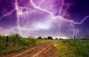Cum trebuie să te ferești de furtună și fulgere! Niciodată să nu stai sub un copac!