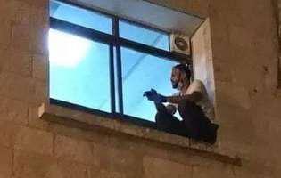 Gestul emoționant al unui tânăr. Nu a vrut să-și lase mama, bolnavă de COVID, să moară singură în spital, și s-a cățărat zilnic două etaje până la fereastra ei