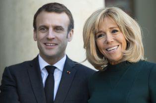 Președintele Emmanuel Macron și soția lui, în vacanță pe Coasta de Azur. Pe iaht, cei doi au uitat de distanțarea socială!