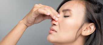 Bronșită - afecțiune pulmonară frecventă care conduce la inflamație și congestie a bronhiilor de la nivelul plămânilor (căi de transport ale aerului). Imagine cu femeie care suferă de bronșită