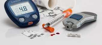 Diabetul de tip 1 reprezintă o afecțiune în cazul căreia corpul nu mai produce insulină și care nu este vindecabilă, dar simptomele pot fi controlate. Imagine cu dispozitive și medicamente pentru diabet