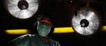 Cancerul vălului palatin este un tip de cancer oral, respectiv care apare la nivelul vălului palatin, partea superioară a cavității orale localizată în zona din spatele gurii, înspre omușor (uvula palatină).Imagine cu intervenție chirurgicală pentru acest tip de cancer