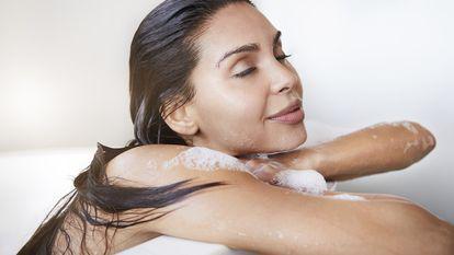 femeie-baie-relaxanta-fierbinte-cada-spuma