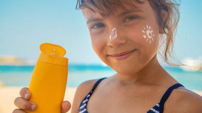 (P) Criterii esențiale în alegerea produselor de protecție solară pentru copii