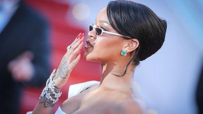 Rihanna (29 ani) a fost fotografiată în Spania, în compania noului ei iubit. Bărbatul ar fi Hassan Jameel, un om de afaceri din Arabia Saudită, moștenitor al unui imperiu auto.