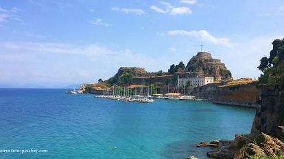 Corfu este ticsită de fabrici tradiționale unde se produce ulei de măsline, de crame încărcate cu cele mai parfumate vinuri și lichioruri dulci.