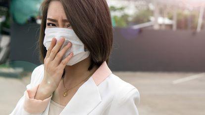 asiatică cu mască chirurgicală