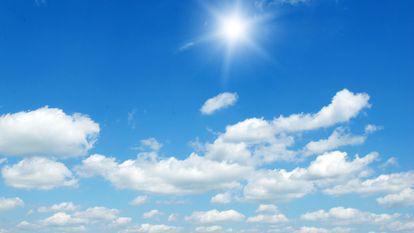 Cum va fi vremea de 1 Mai la mare și la munte - cer albastru intes, acoperit de nori dintre care rasare soarele