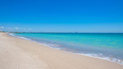 Turiștii care aruncă gunoaie pe plaja din Mamaia pot fi reclamați pe WhatsApp - cer albastru intens, marea turcoaz si nisip