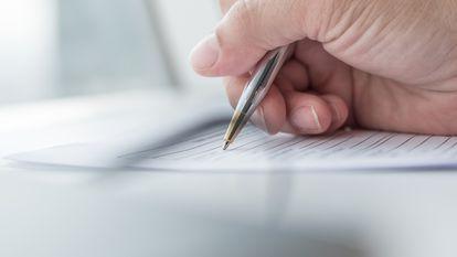 O fetiță de 6 ani a fost somată de Casa Județeană de Asigurări de Sănătate Iași să-și plătească datoria - cineva care scrie cu pixul pe un formular