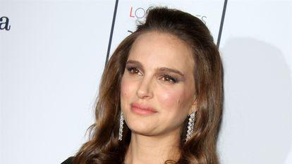 Natalie Portman a refuzat premiul Genesis. Un politician cere retragerea cetățeniei actriței - natalie pornam zambeste imbracata in rochie neagra