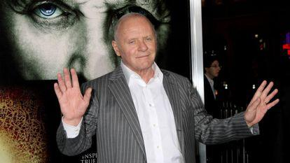 Anthony Hopkins ridicând mâinile