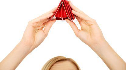 femeie cu portofelul gol