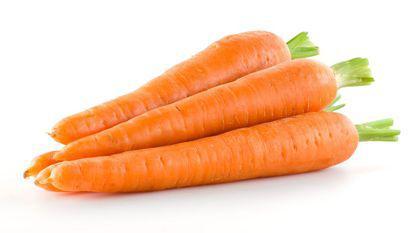 morcovi intinsi pe o masă
