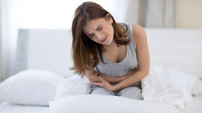 femeie care are dureri pelviene