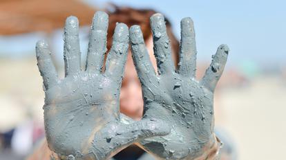 Cura cu apa de argila albastra