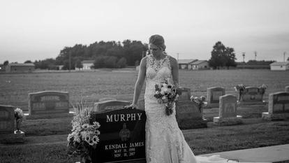 mireasa a îngenuncheat în fața unui mormânt