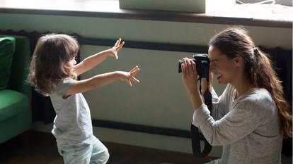 O mamă își lovește fetița de 3 ani, în timpul unei ședințe foto
