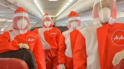 Erați curioși cum vor fi îmbrăcate stewardesele Ca piloții de Formula 1....