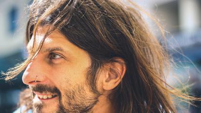 Bărbații cu părul lung și barbă au un risc imens de a face COVID