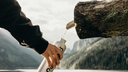 (P) Pe măsură ce îmbătrânești, ai nevoie de mai multă apă. Iată de ce!