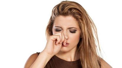 femeie care se scarpina la nas